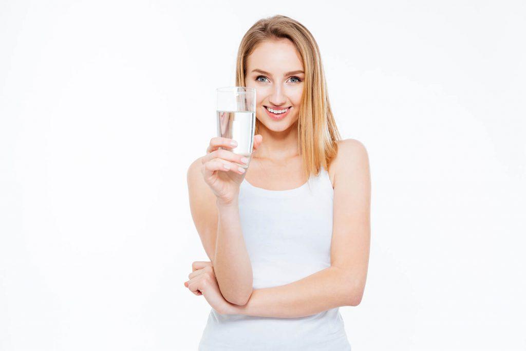 kobieta pije wode